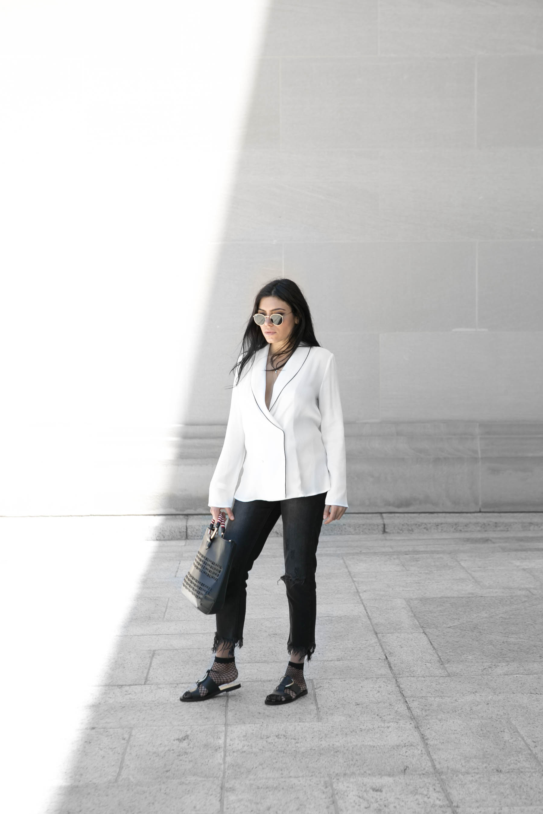 Black and whit outfit, ripped jeans, blazer top