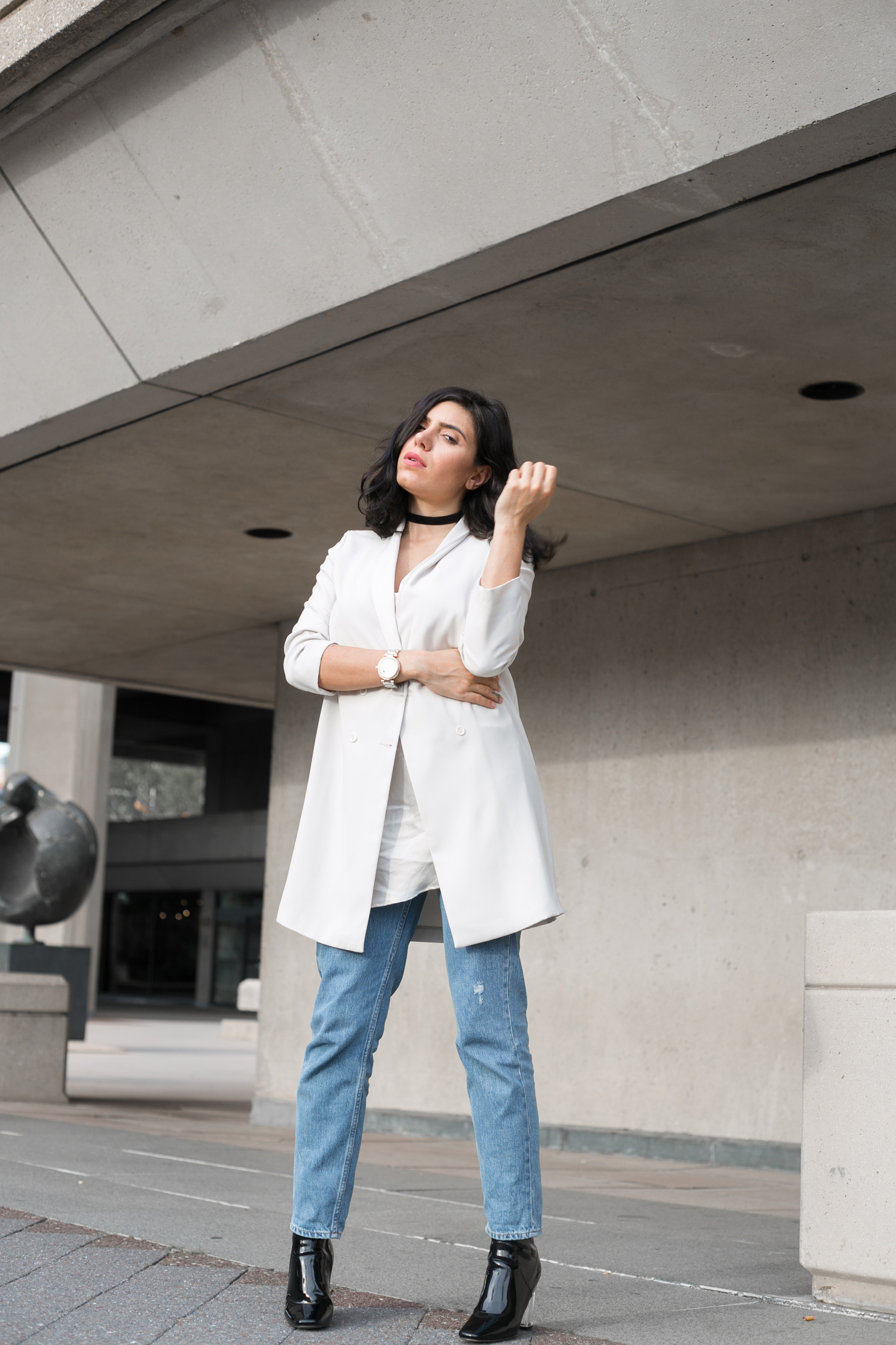 extra long blazer and mom jeans outfit